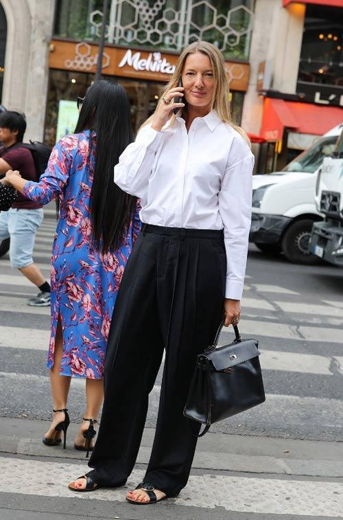 Ребекка Лоуторп в белой рубашке и черных брюках оверсайз