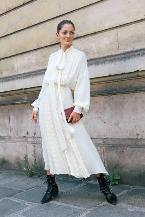Стрит стайл Парижа 2018: белое шелковое платья в романтическом стиле