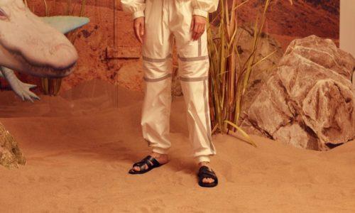 Кожаные босоножки с белыми спортивными штанами