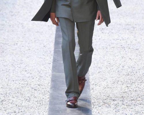 Коричневые монки с серым костюмом