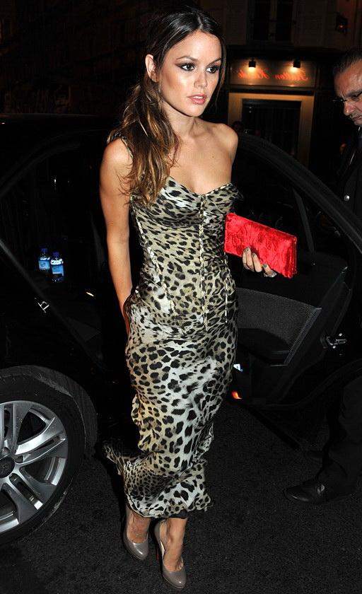 Вечернее платье с леопардовым принтом и красный клатч