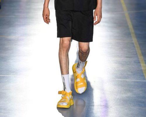 Желтые босоножки с белыми носками