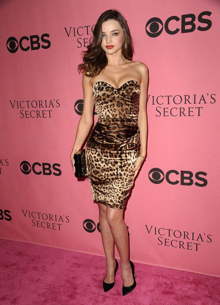 Модель Миранда Керр в платье с леопардовым принтом и черных туфлях-лодочках