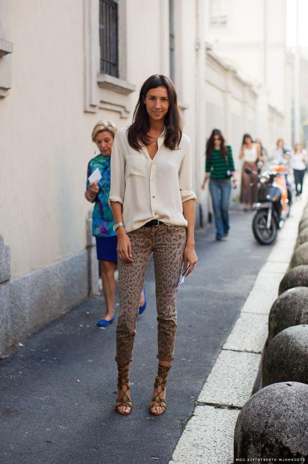 Леопардовые узкие джинсы с кремовой блузкой