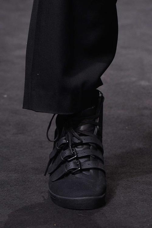 Черная обувь с пряжками