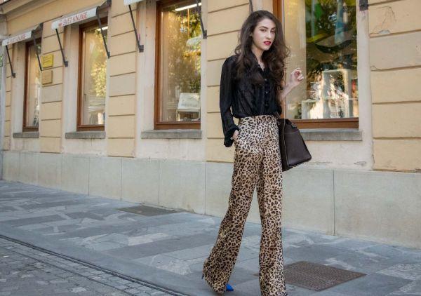 Расклешенные леопардовые брюки с черной блузкой