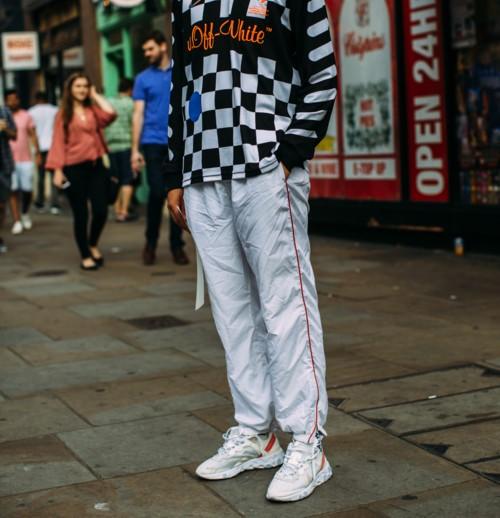 Белые кроссовки со спортивными штанами