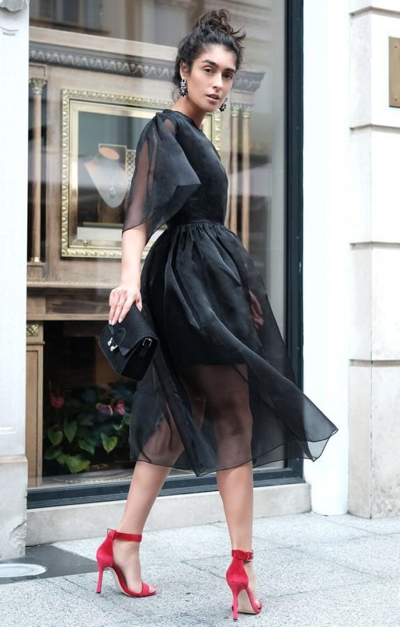 Черное шифоновое платье и красные босоножки