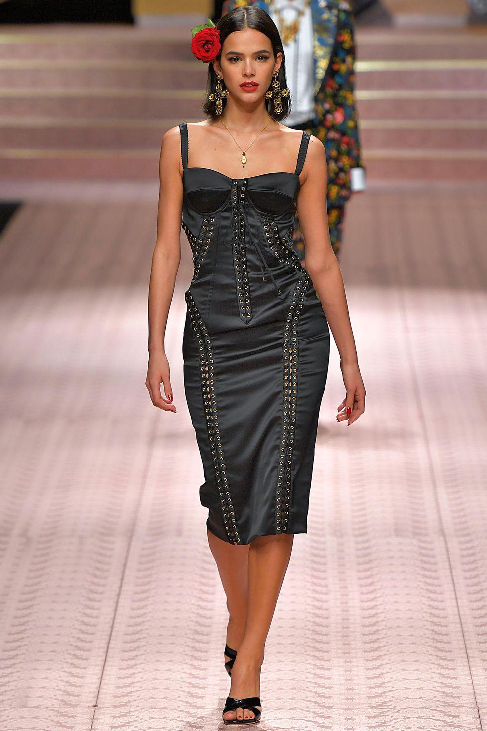 Бруна Маркезини в черном платье на бретелях из коллекции SS 2019 D&G