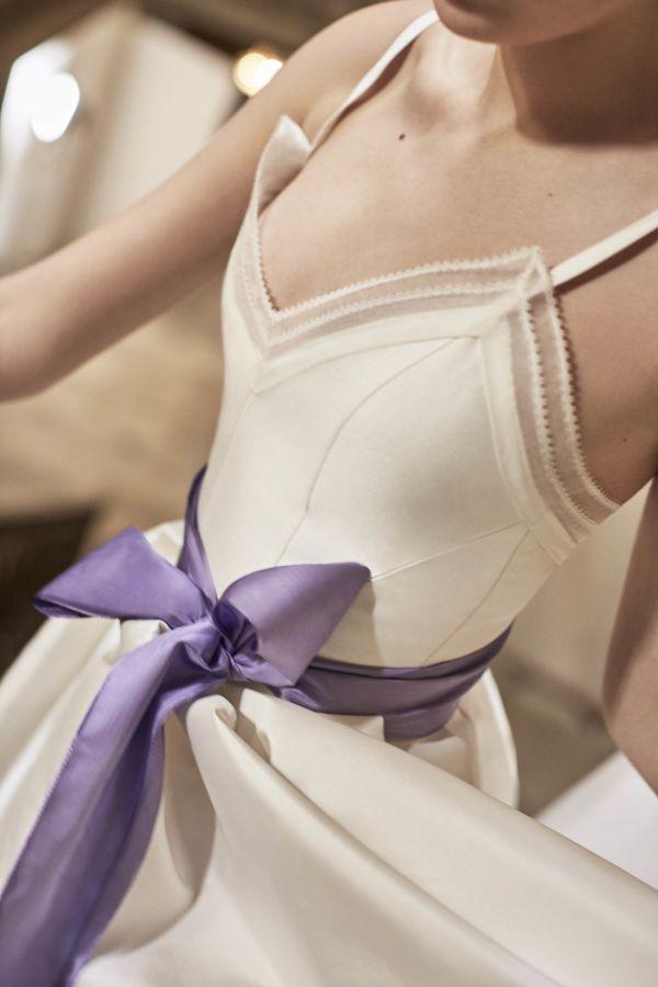 Свадебное платье с лиловым бантом на талии от Carolina Herrera SS 2019