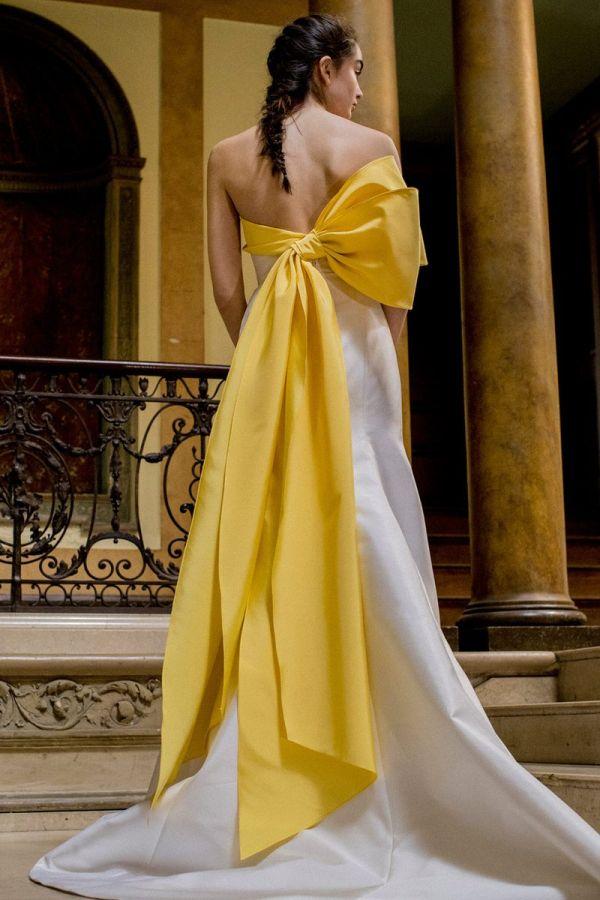 Белое свадебное платье с желтым бантом. Коллекция Spring 2019 Carolina Herrera