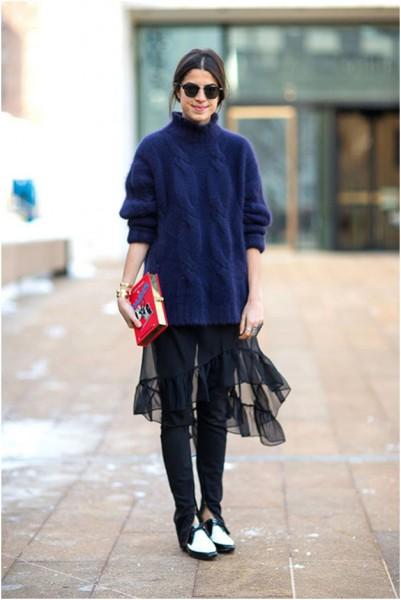 Многослойный образ с шифоновым платьем и толстым свитером
