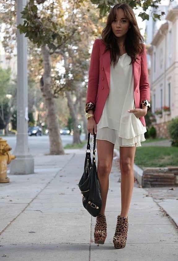 Короткое белое шифоновое платье с розовым жакетом и леопардовыми ботильонами
