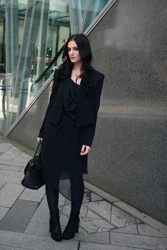 Черное шифоновое платье с черным жакетом плотными колготами и ботинками