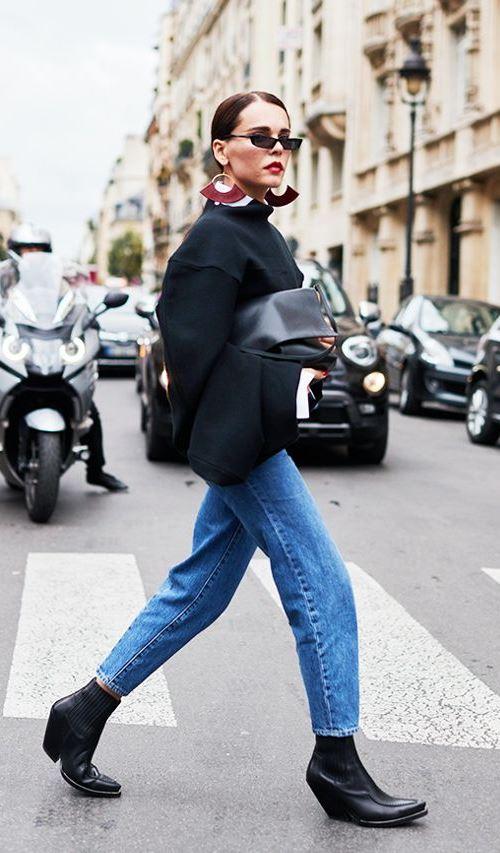 Девушка в джинсах и ковбойских сапогах