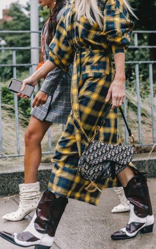 Платье в клетку и сапоги в ковбойском стиле