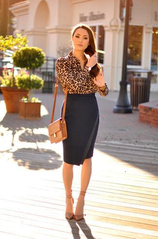 С чем носить леопардовую блузку - с узкой однотонной юбкой