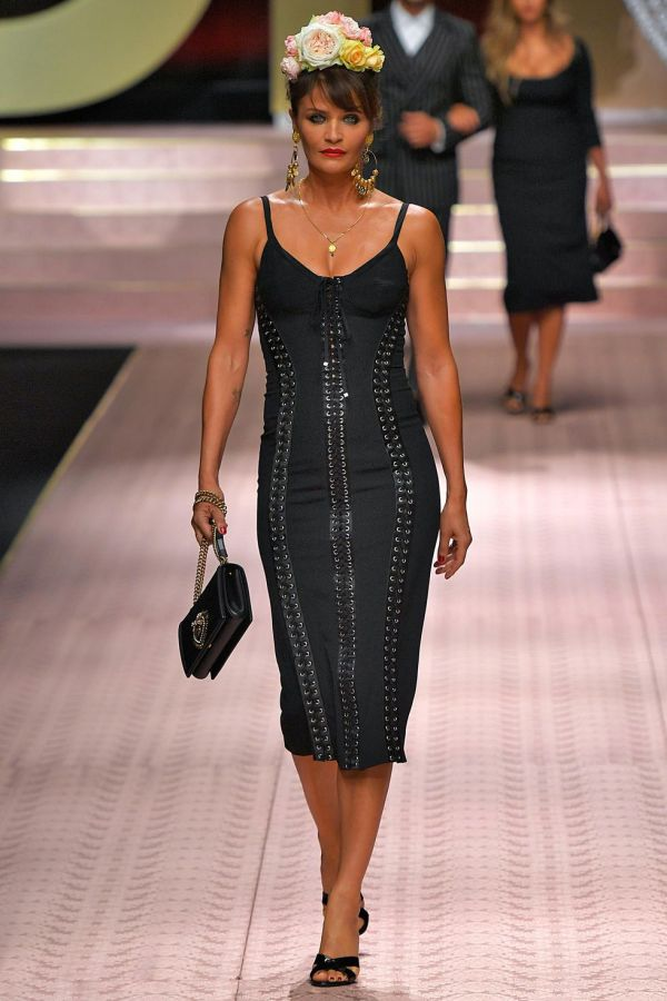 Модель и фотограф Хелена Кристенсен в черном платье Dolce & Gabbana