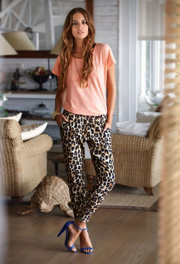 Леопардовые брюки в сочетании с синими босоножками и кремовой футболкой