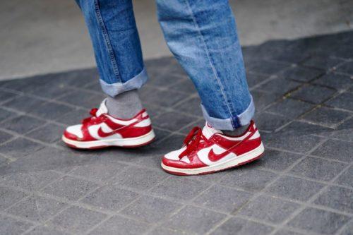 Красно-белые кроссовки с подвернутыми джинсами