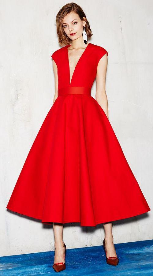 Красное платье с расклешенной юбкой