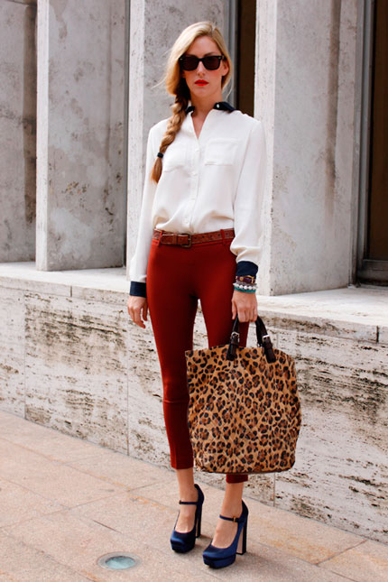 Леопардовая сумка-шоппер и синие туфли