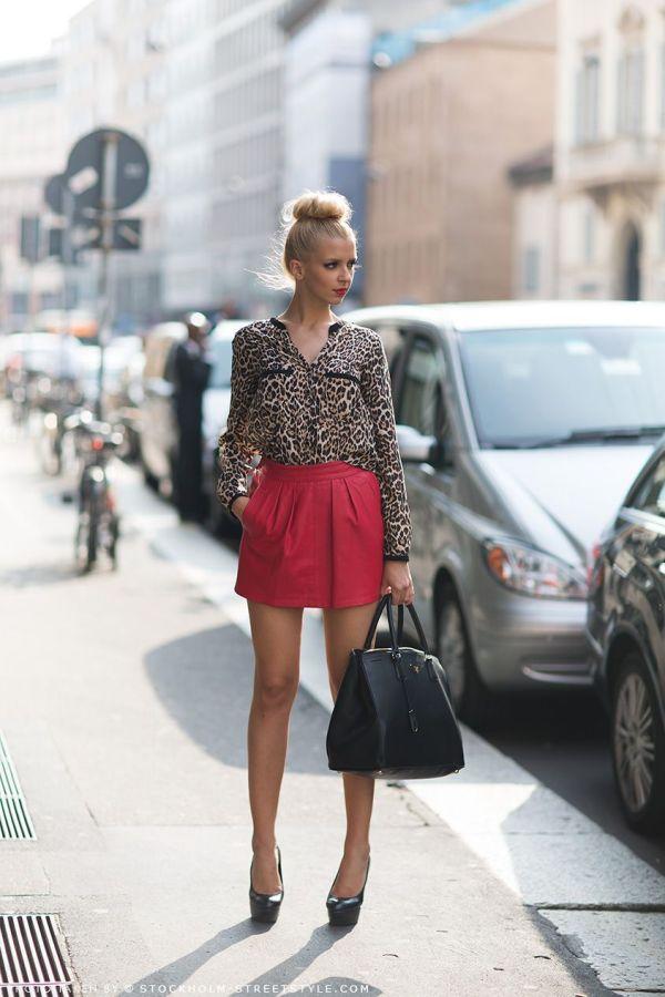 Леопардовая блузка в сочетании с красной юбкой