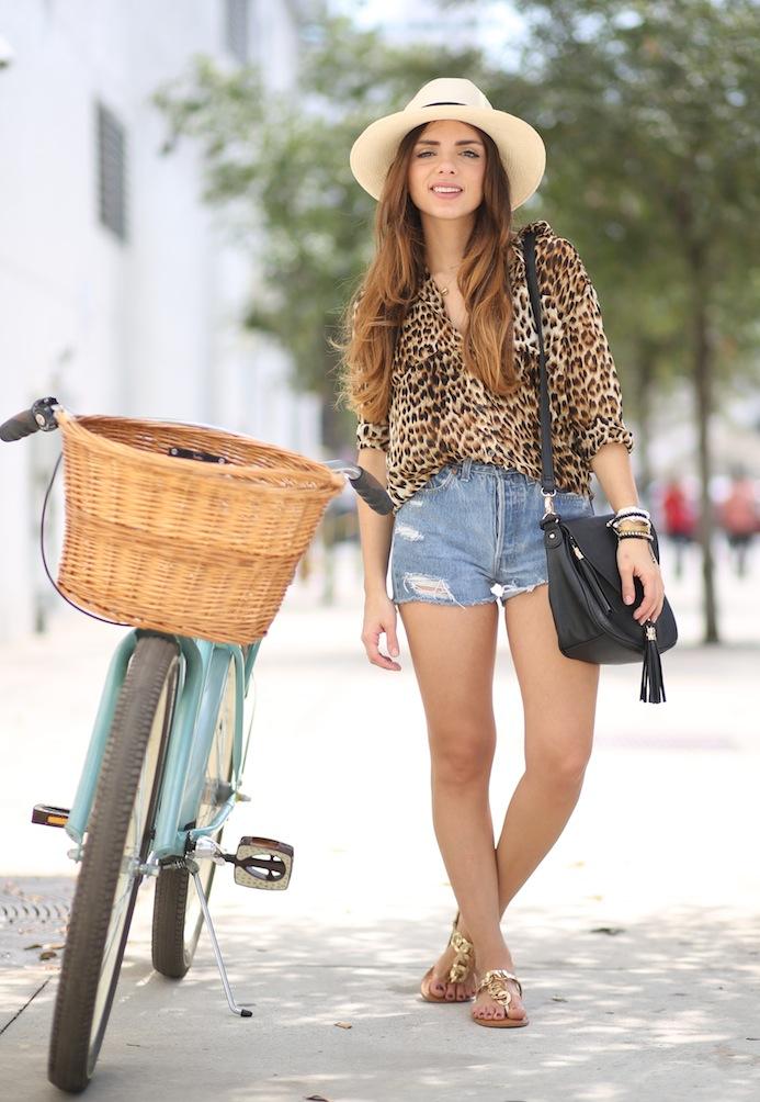 Блузка с леопардовым принтом в сочетании с джинсовыми шортами