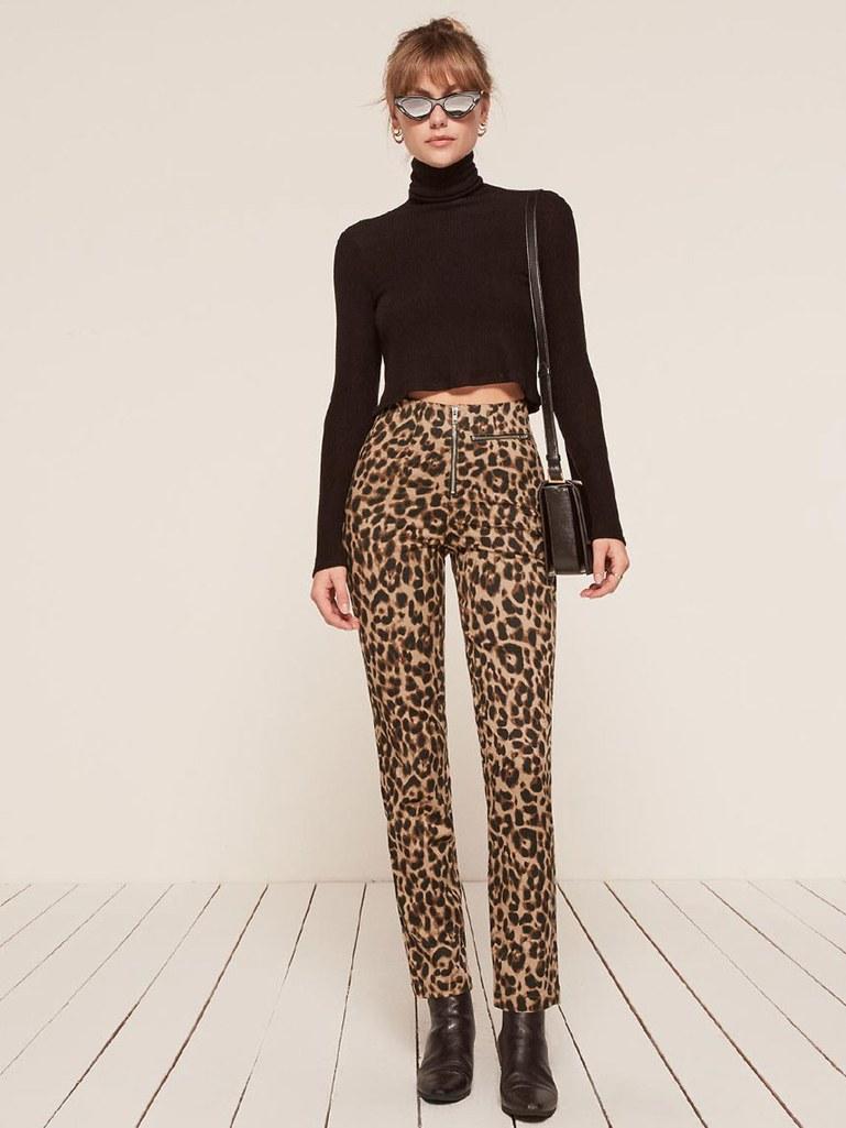 Леопардовые брюки с высокой талией и короткой водолазкой