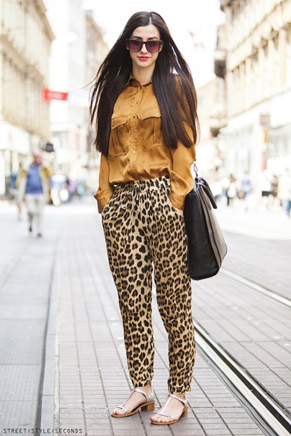 С чем сочетать леопардовый принт 2018-2019: с однотонной блузкой