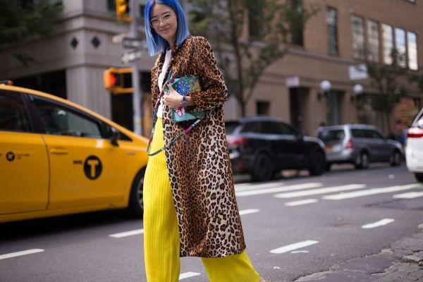 Леопардовый кардиган и желтые брюки
