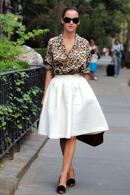 Блузка с леопардовым принтом в сочетании с белой пышной юбкой