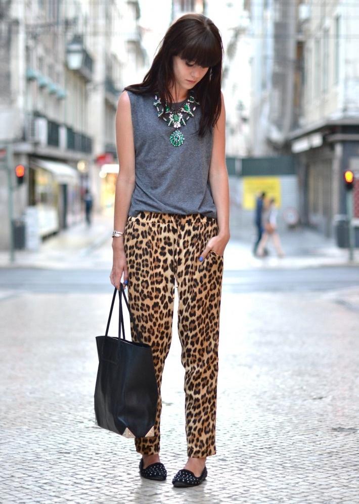 Образ с леопардовыми брюками, серой футболкой и аксессуарами