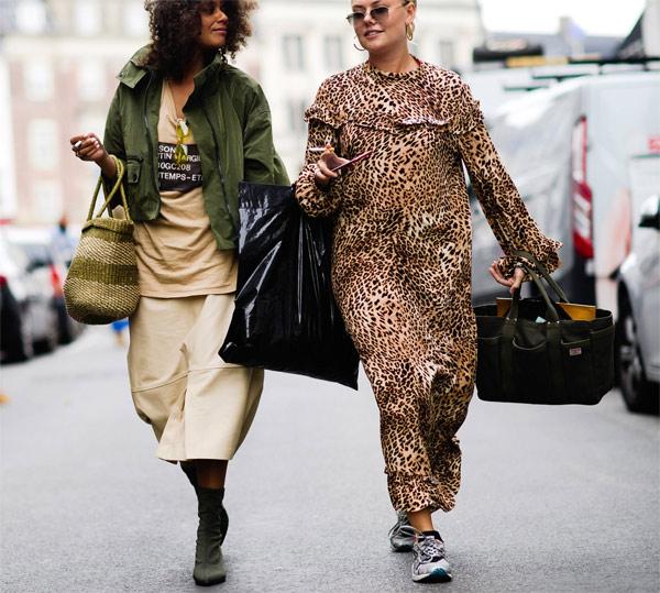 Модница в платье с леопардовым принтом на улицах Копенгагена