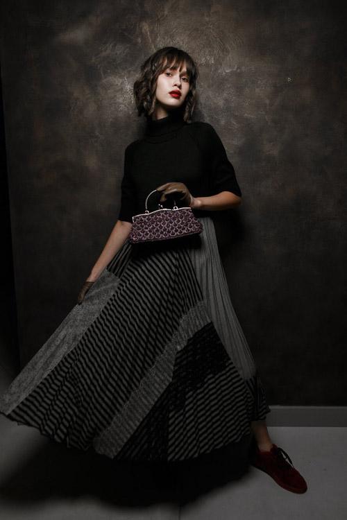 Образ от Виктории Грес: пышная юбка и черная водолазка