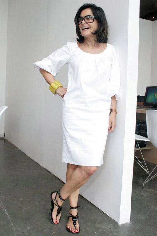 Белое платье свободного кроя на женщине в возрасте 50 лет
