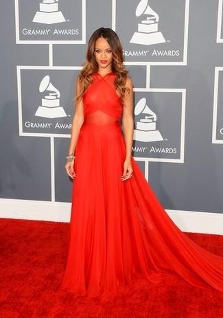 Рианна в красном шифоновом платье в пол