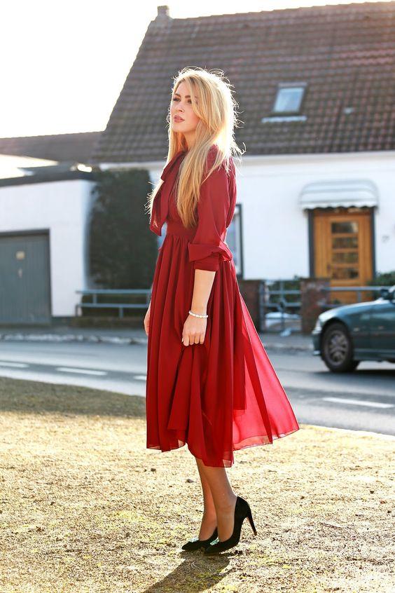 Красное шифоновое платье с черными туфлями
