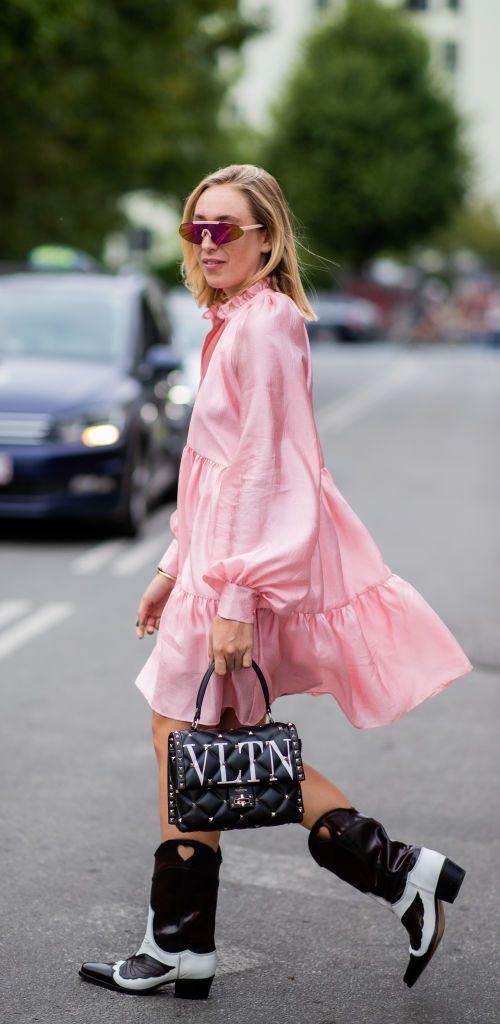 Розовое платье и ковбойские сапоги