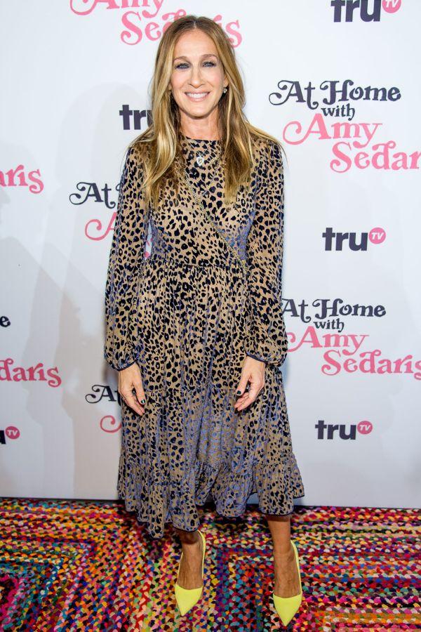 Сара Джессика Паркер в платье с леопардовым принтом и желтых туфлях