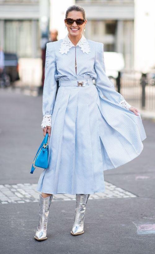 Серебристые сапоги и голубое платье