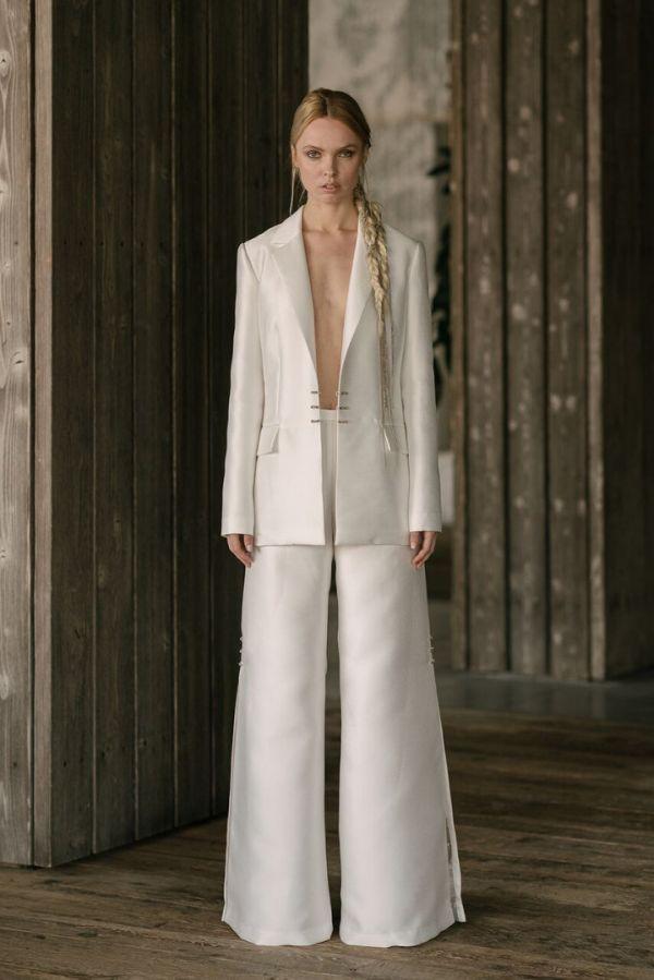 Удлиненный жакет и широкие брюки вполне уместны на собственной свадьбе весной и летом 2019