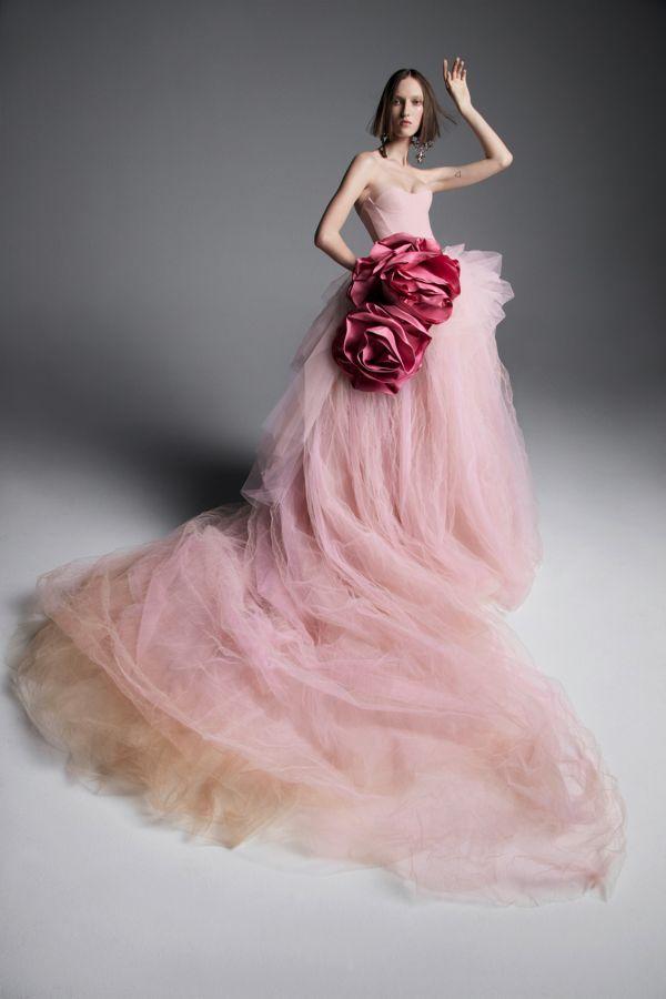 Бледно-розовое свадебное платье с длинной юбкой