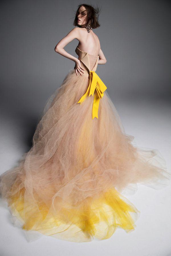 Цветное свадебное платье с желтым бантом