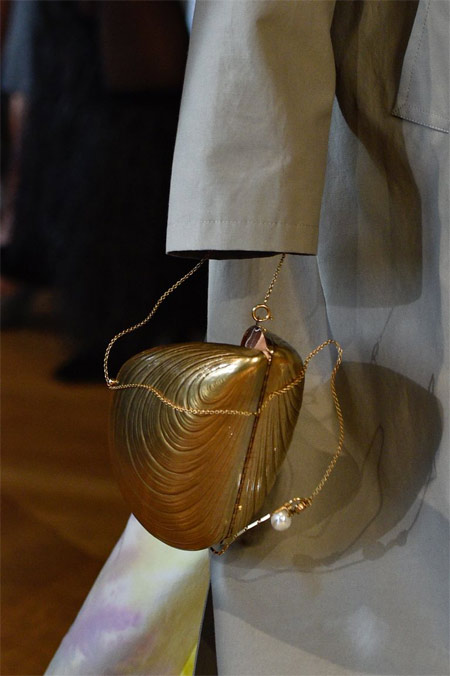 Вечерняя сумка в виде жемчужины из весенне-летней коллекции Stella McCartney 2019