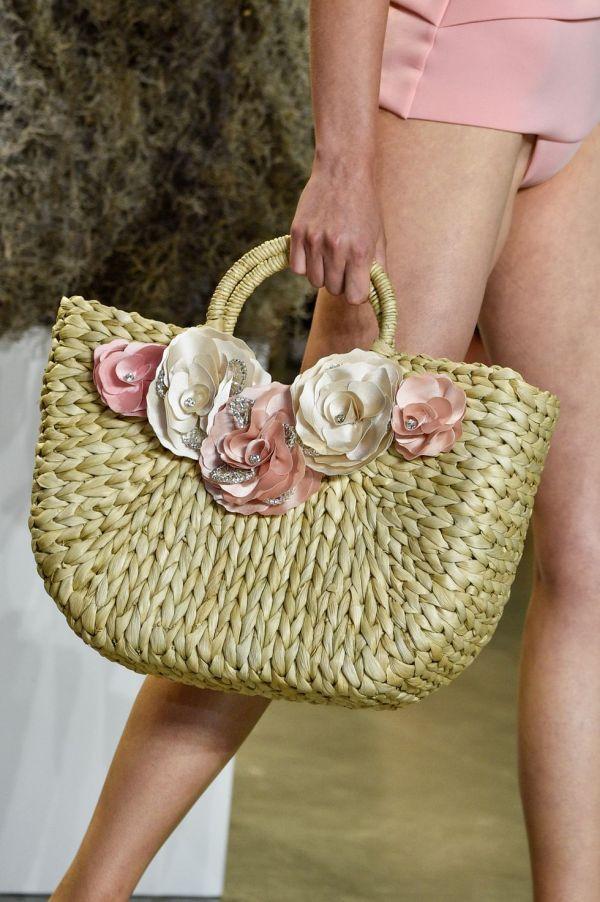 Плетеная сумка с объемными цветами весна-лето 2019 Badgley Mischka