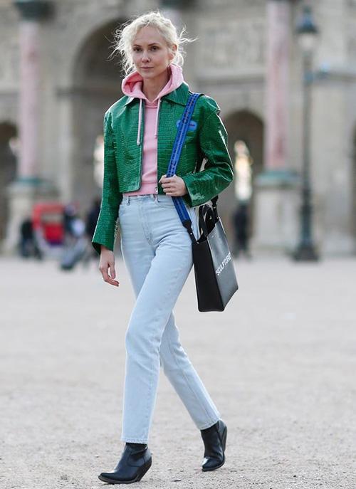 Розовое худи и голубые джинсы
