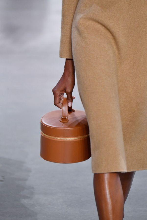 Круглая коричневая сумка с короткой ручкой. Коллекция весна-лето 2019 Mansur Gavriel