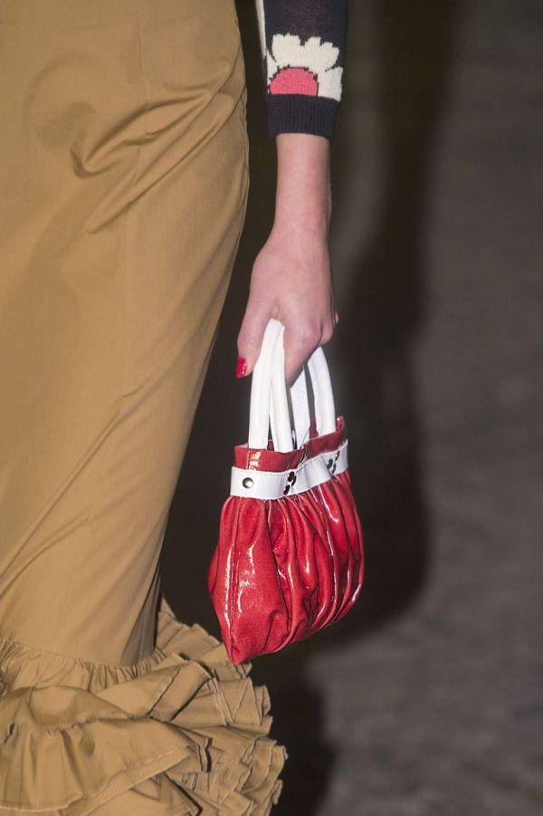 Миниатюрная красная сумка с короткими белыми ручками Molly Goddard