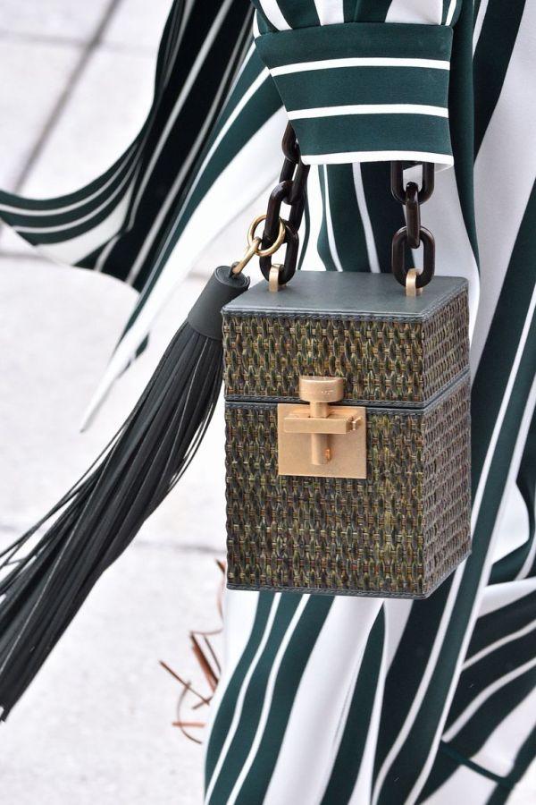 Модная сумка-сундучок на толстой цепи из коллекции Oscar de la Renta